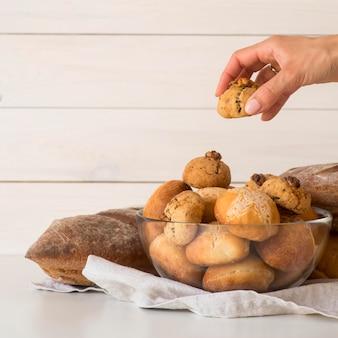 Vista frontal mão tomando pão da taça