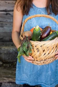 Vista frontal mãos segurando cesta com legumes