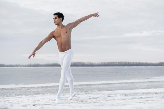 Vista frontal masculino dançando balé
