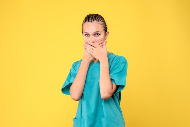 Vista frontal médica com camisa médica, emoção saúde enfermeira covid-19 vírus color hospital