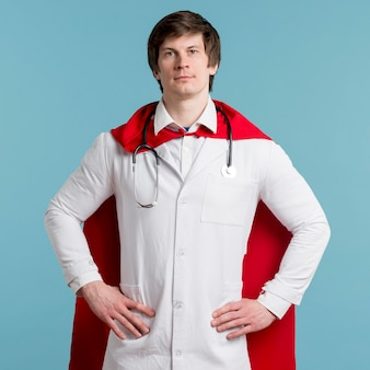 Vista frontal médico vestindo capa