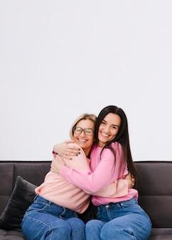 Vista frontal melhores amigas, abraçando uns aos outros