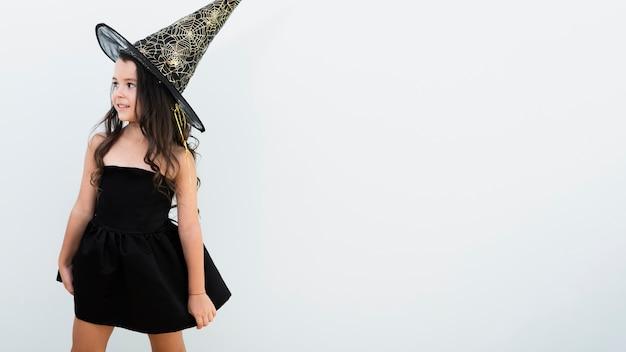 Vista frontal menina fantasiada de bruxa, com espaço de cópia