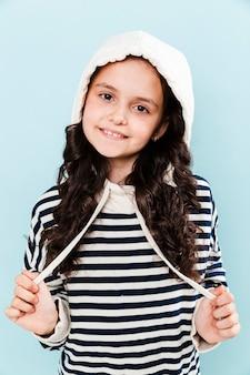 Vista frontal menina vestindo retrato de capuz