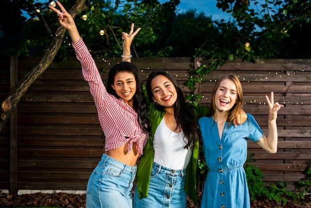 Vista frontal meninas felizes juntos ao ar livre