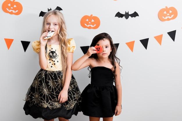 Vista frontal meninas na fantasia de bruxa para o halloween