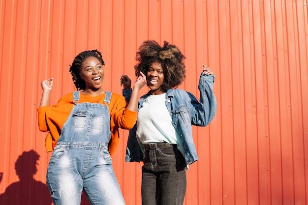 Vista frontal meninas positivas posando juntos