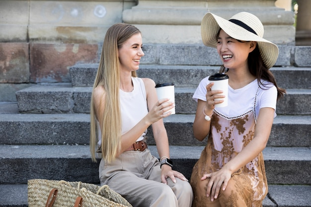 Vista frontal meninas tomando uma xícara de café