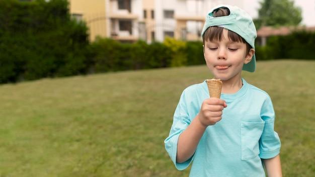 Vista frontal, menino, comendo sorvete