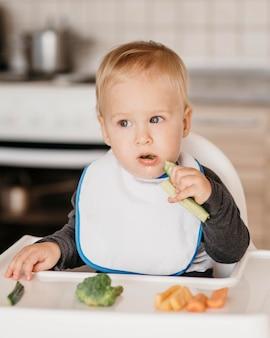 Vista frontal menino comendo
