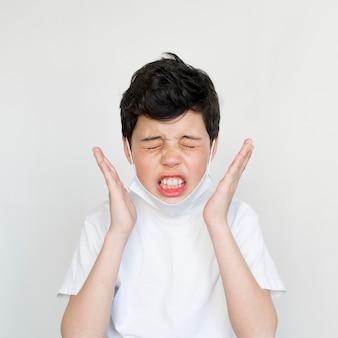 Vista frontal, menino jovem, espirros