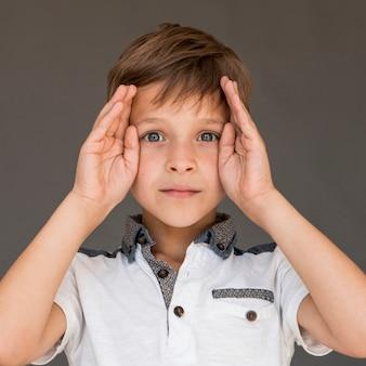 Vista frontal menino olhando confuso
