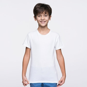 Vista frontal menino puxando camisa