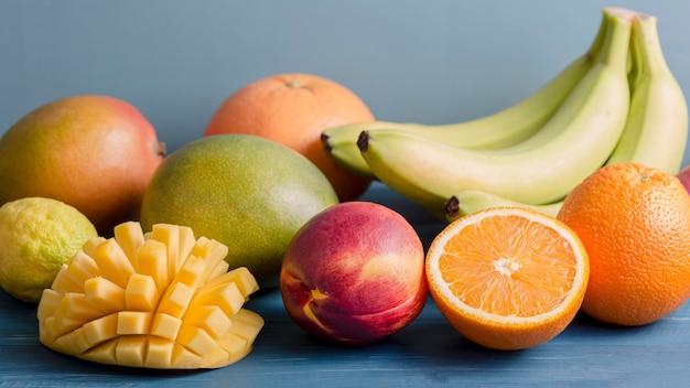 Vista frontal mix de frutas para smoothie