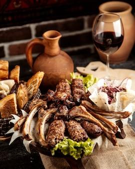 Vista frontal mix kebab de carne com cebola no pão pita e pão