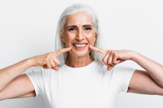 Vista frontal mulher adulta sorrindo