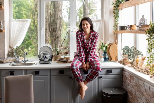 Vista frontal mulher aproveitando a manhã de pijama