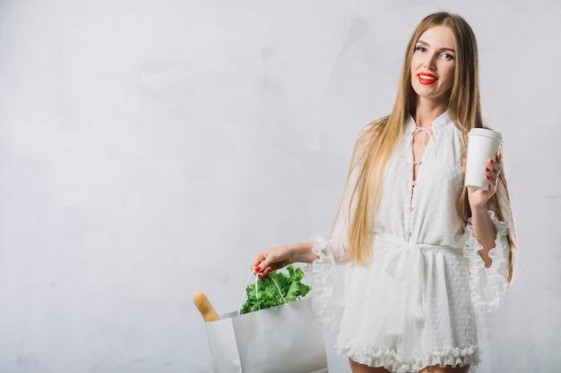 Vista frontal mulher bonita com compras