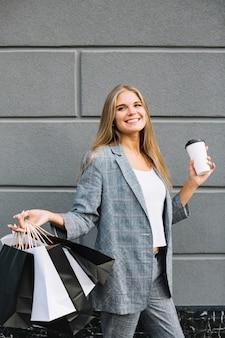 Vista frontal mulher casual segurando sacos