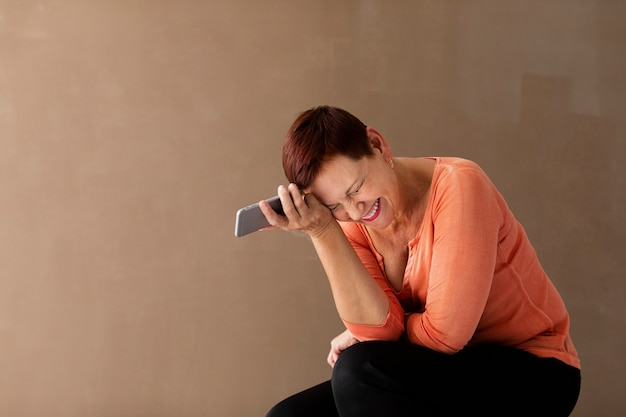Vista frontal mulher com cabelo curto e telefone