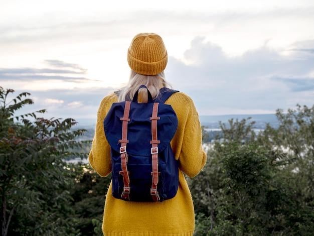 Vista frontal mulher com mochila