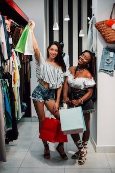 Vista frontal mulher com sacolas de compras