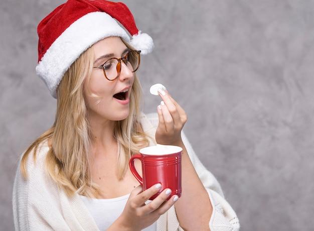 Vista frontal mulher comendo marshmallow