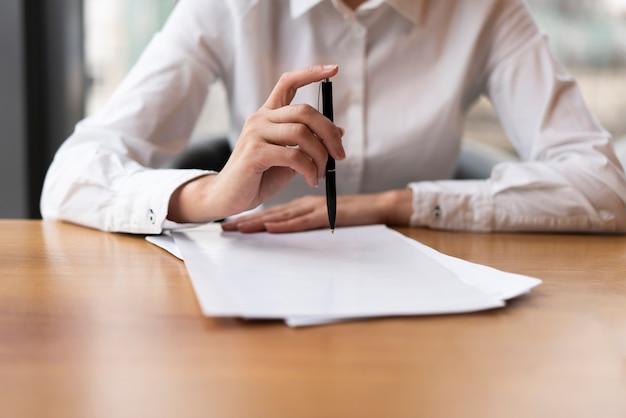 Vista frontal, mulher de negócios, clicando em caneta