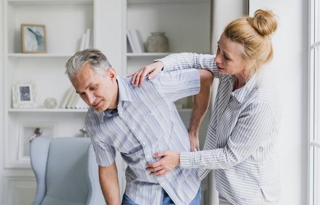 Vista frontal, mulher, e, homem, com, dor traseira