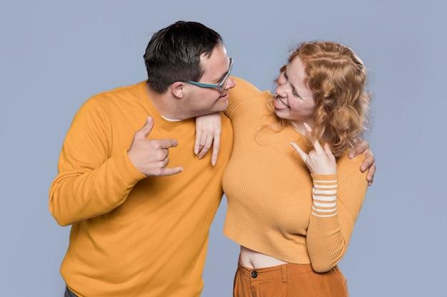 Vista frontal mulher e homem posando juntos