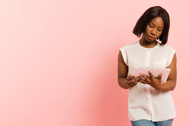 Vista frontal mulher em estúdio com tablet