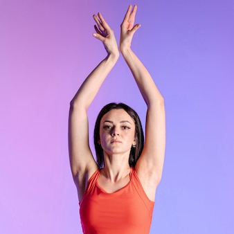 Vista frontal mulher fazendo exercícios