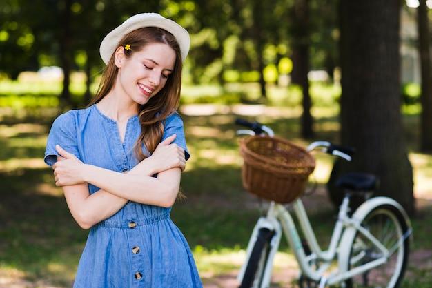 Vista frontal mulher feliz com bicicleta