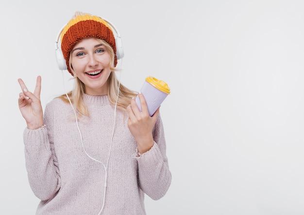 Vista frontal mulher feliz com fones de ouvido