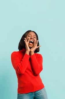 Vista frontal mulher feliz em estúdio