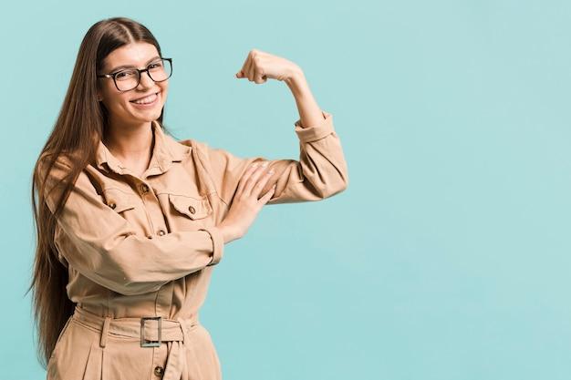 Vista frontal mulher forte em estúdio