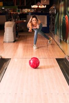 Vista frontal mulher jogando boliche