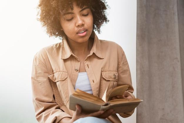 Vista frontal mulher lendo um livro
