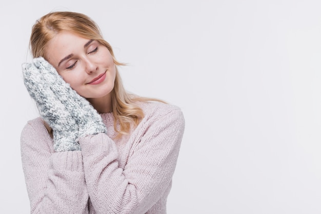 Vista frontal mulher loira com luvas de inverno
