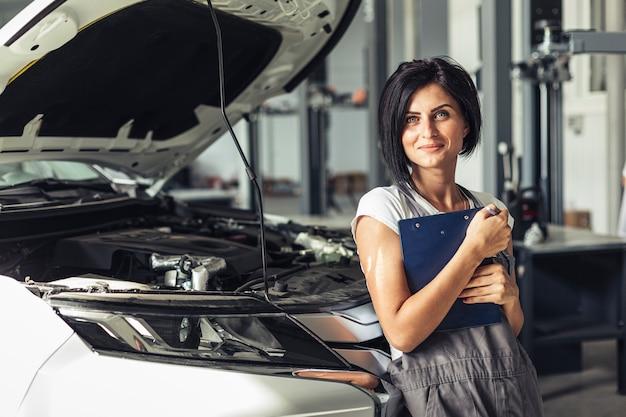 Vista frontal mulher mecânica com prancheta