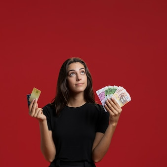 Vista frontal mulher mostrando seu dinheiro de compras com espaço de cópia