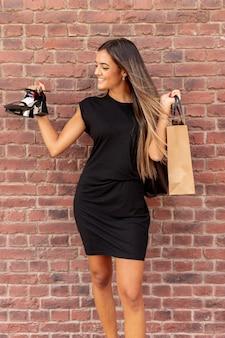 Vista frontal mulher mostrando seus sapatos novos
