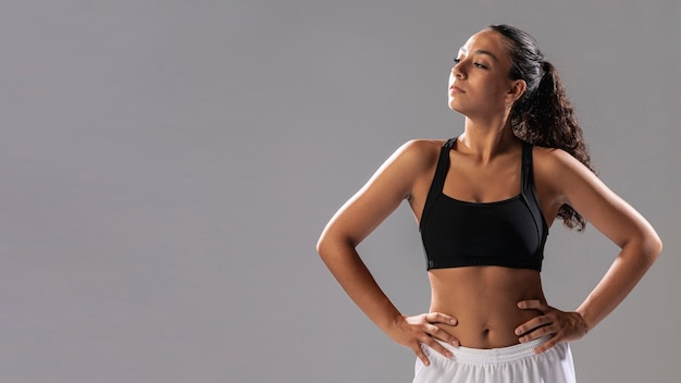 Vista frontal mulher no sportswear posando