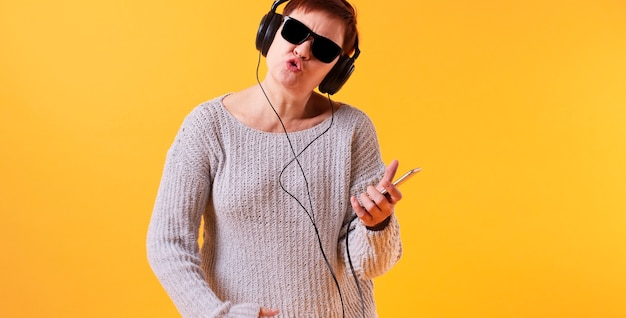 Vista frontal mulher ouvindo música rock