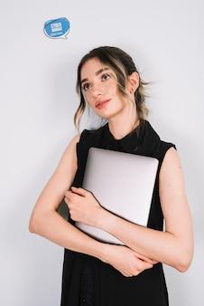 Vista frontal mulher pensando em cyber segunda-feira