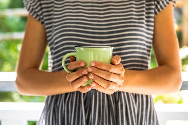Vista frontal, mulher segura, xícara café