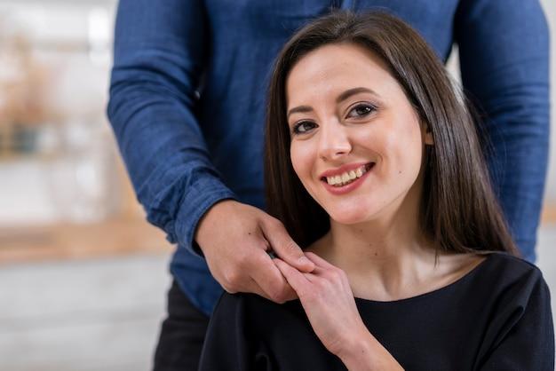 Vista frontal mulher segurando a mão do marido