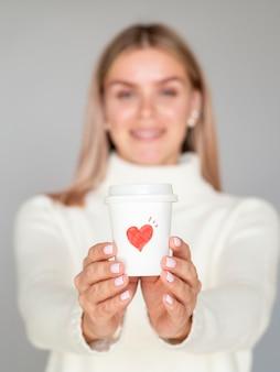 Vista frontal mulher segurando a xícara de café