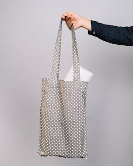 Vista frontal mulher segurando o saco