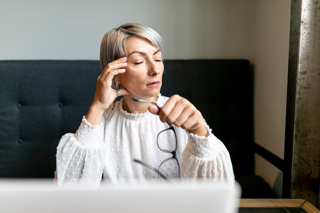 Vista frontal mulher segurando óculos